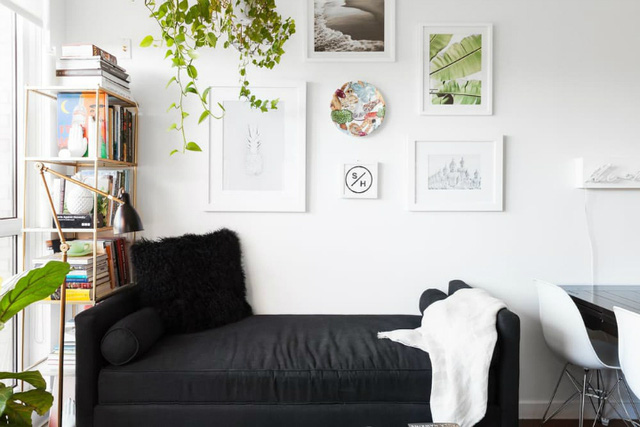 Nơi rộng rãi nhất, thoáng sáng nhất chủ nhà chọn làm phòng khách. Góc nhỏ này được bố trí vô cùng đẹp mắt với cây xanh và những bức tranh treo tường.