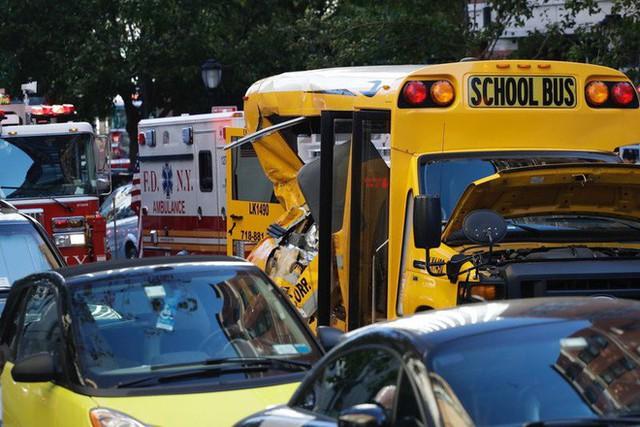 Chiếc xe buýt màu vàng bị đâm móp bởi xe bán tải của hung thủ (Ảnh: AP)