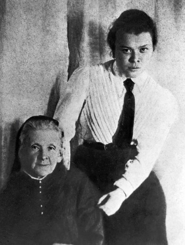Bà Maria Alexandrovna Ulyanova và con gái