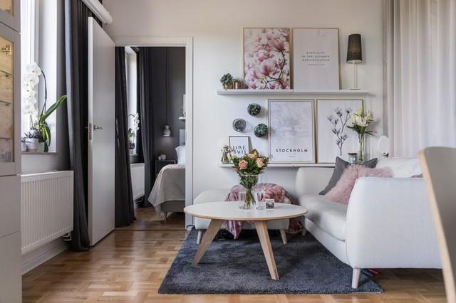 Phòng khách được thiết kế nhằm tận dụng triệt để nguồn ánh sáng tự nhiên với khung cửa kính cỡ lớn. Điều này đảm bảo không gian căn hộ luôn ngập tràn ánh sáng. Và đây cũng là nơi lý tưởng để mỗi sáng đón nhận những tia nắng đầu tiên bên tách café hay những cuốn sách hay dịp cuối tuần.