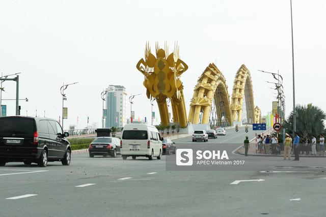 Đoàn xe tổng thống Putin chạy qua Cầu Rồng