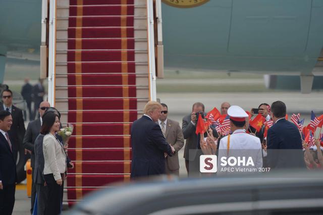 Tổng thống Trump chào, cảm ơn đoàn đại diện Việt Nam ra tiễn tại sân bay...