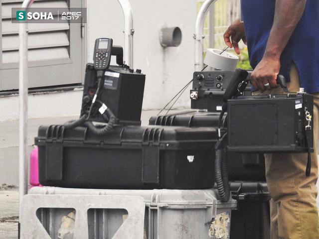 Các nhân viên Mỹ mang theo các thiết bị chuyên dụng tới sân bay Nội Bài