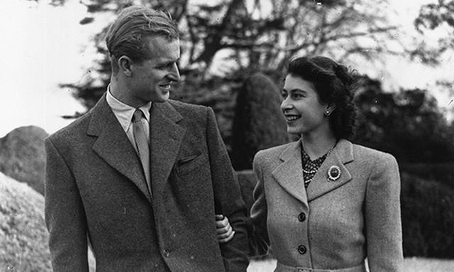 Nữ hoàng Elizabeth và Hoàng thân Philip đi dạo trong tuần trăng mật tại Broadlands, Romsey, Hampshire vào năm 1947.