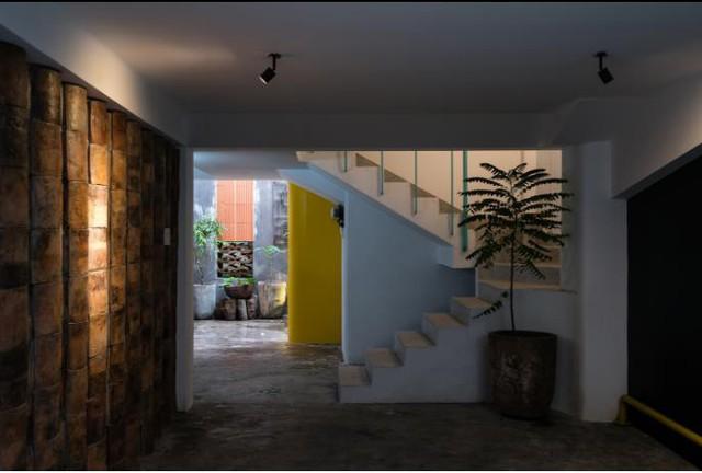 Không gian tầng 1 chủ nhà để thông thoáng làm nơi vui chơi của trẻ em và khoảng không trồng cây thư giãn của người lớn.