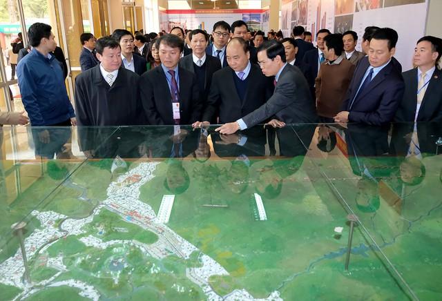 Thủ tướng tham quan sơ đồ quy hoạch phát triển tỉnh Hà Giang - Ảnh: VGP/Quang Hiếu