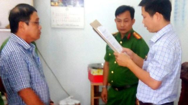 Công an đọc lệnh thực hiện bắt tạm giam ông Phan Văn Hiệp.