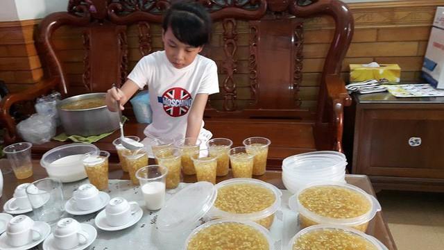 Có khách đặt đến cả trăm cốc chè bưởi do Bống nấu.