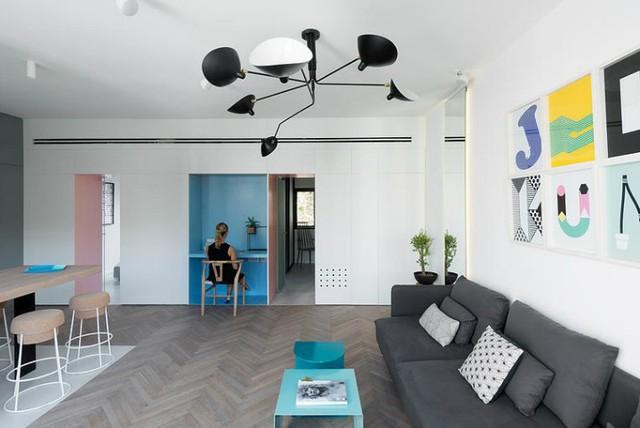 '' Sự gọn gàng thông thoáng là cảm nhận đầu tiên cho bất cứ ai bước vào ngôi nhà này. Đây có lẽ là bí quyết của chủ nhà khi thiết kế cả một hệ thống tủ âm tường kết hợp với bàn làm việc ngay bức tường nơi phòng khách. ''