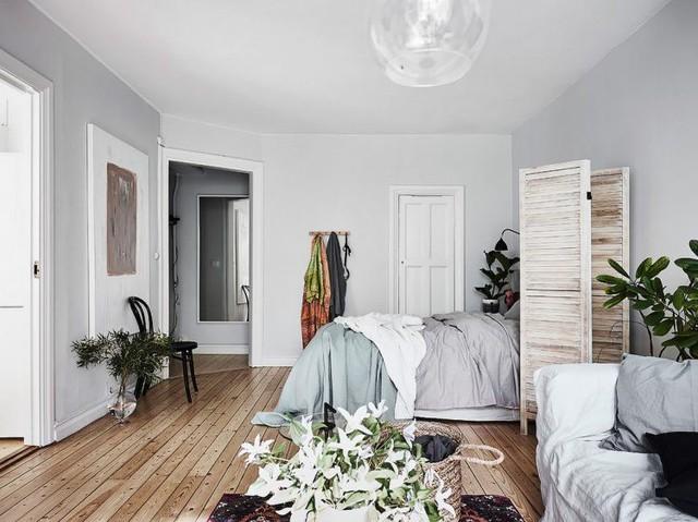 Toàn bộ căn hộ được chủ nhà lấy tông màu rắng làm chủ đạo từ tường, trần nhà cho rất nhiều các món đồ nội thất lớn nhỏ trong nhà.