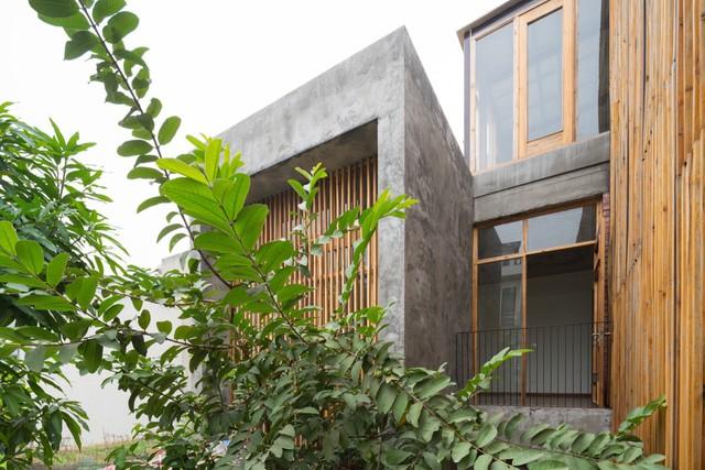 Trên diện tích đất 72m2 ngôi nhà được thiết kế 3 tầng với sân vườn cây cối bao quanh.