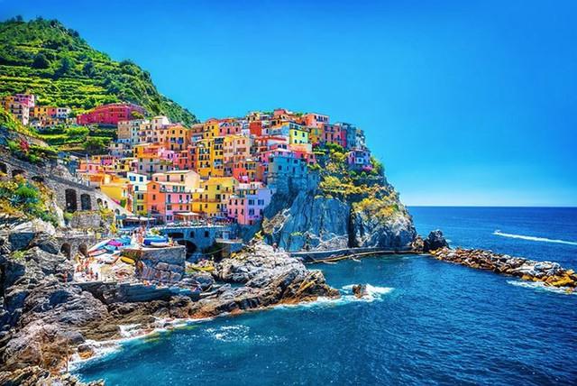 Cinque Terre, Ý, được xây dựng bên cạnh một ngọn núi lớn. Nó bao gồm 5 ngôi làng với những ngôi nhà đầy màu sắc nhìn ra đại dương.