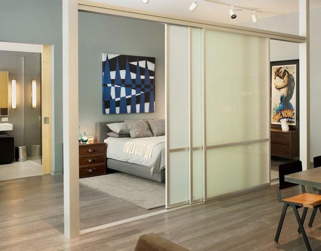 Với những cánh cửa trượt này bạn có thể chia các khu vực tuỳ theo chức năng sử dụng, nhưng vẫn đảm bảo sự thông thoáng cho ngôi nhà.