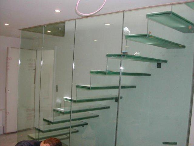 Trong quá trình sử dụng, dù là người lớn hay trẻ em thì bạn có thể hoàn toàn yên tâm vì cầu thang kính có độ an toàn rất cao.
