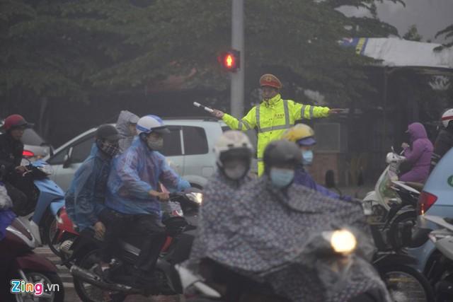 Đường phố Hà Nội ùn tắc trong mưa mù, trời tối sầm - ảnh 6