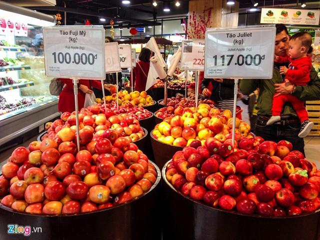 Hoa quả, trái cây cũng được khách hàng quan tâm mua sắm những ngày này.