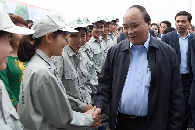 Thủ tướng Nguyễn Xuân Phúc thăm và nói chuyện với cán bộ, công nhân của Công ty cổ phần Đầu tư và phát triển nông nghiệp công nghệ cao Hà Nam (Vinaseed). Ảnh: VGP/Quang Hiếu