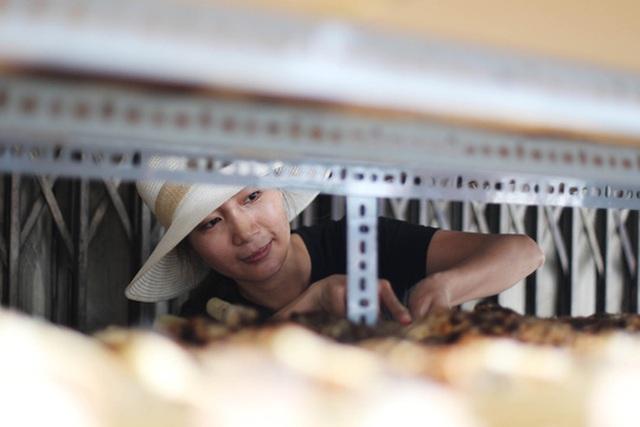Cá lóc nướng ở đây được ưa chuộng vì gia vị ướp theo bí quyết của từng cửa hàng, lại được gim cây mía bên trong nên càng thơm ngon và màu sắc bắt mắt.