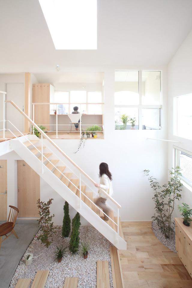 Phần lớn những đồ nội thất bên trong ngôi nhà được làm từ gỗ. Sự kết hợp giữa gỗ sáng màu với cây xanh mang lại cảm giác vừa ấm cúng, thân thiện mà vô cùng gần gũi.