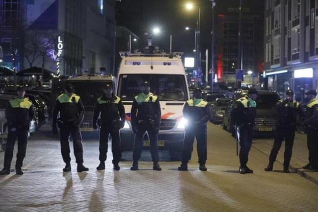 Cảnh sát Hà Lan ngăn chặn người biểu tình tiến gần lãnh sự quán Thổ Nhĩ Kỳ ở TP Rotterdam. Ảnh: Reuters