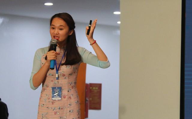 Nữ sinh ĐH Ngoại ngữ, ĐH Quốc gia Hà Nội đang trình bày ý tưởng về dịch vụ tìm kiếm partner nam cho phụ nữ. Ảnh: Nguyễn Thảo