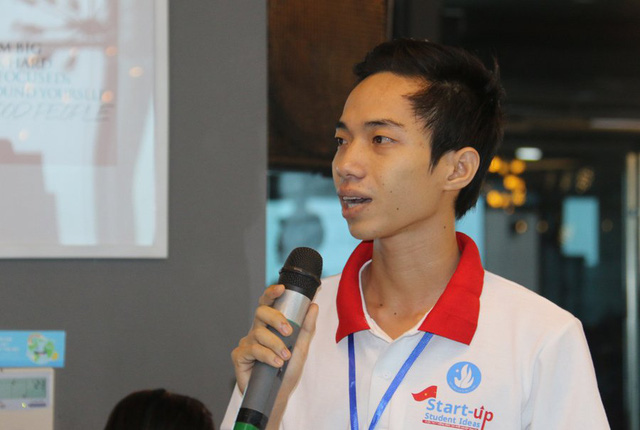 Một sinh viên đặt câu hỏi cho các khách mời. Ảnh: Nguyễn Thảo
