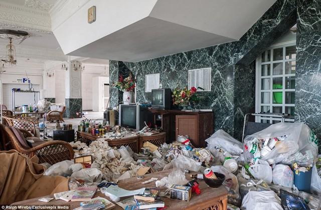 Thời gian như ngưng lại để mọi vật chìm vào dĩ vãng khi kim đồng hồ ngừng chạy và những căn phòng ngập ngụa trong rác rưởi tồn đọng.