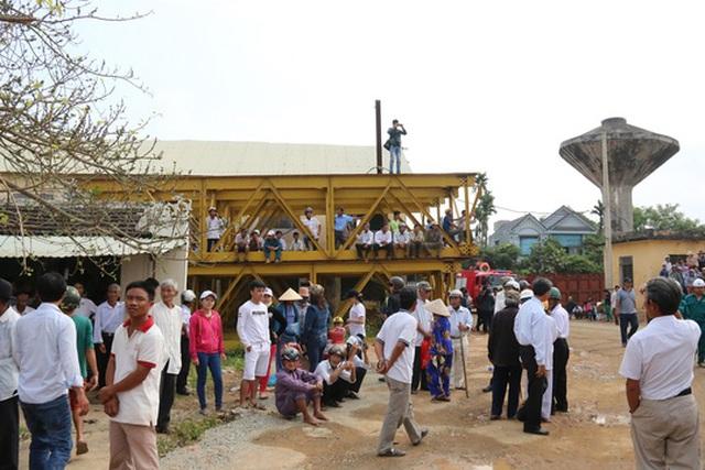 Khắp nơi ken kín người, có nhiều người trèo lên trên cao để theo dõi