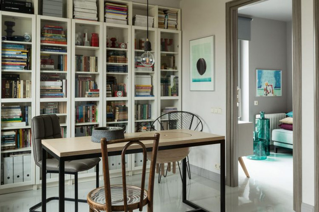 Góc nhỏ này được thiết kế đơn giản với bộ bàn ghế nhỏ xinh. Nơi đây vừa là nơi tiếp khách nhưng khi cần cũng có thể trở thành nơi làm việc và góc đọc sách vô cùng lý tưởng.