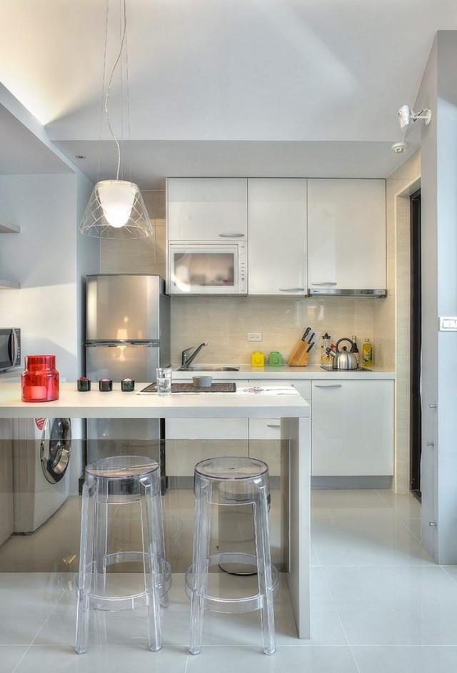 Gian bếp tuy nhỏ nhưng nhưng rất hiện đại và không thiếu thứ gì. Không gian nơi đây còn được chủ nhà tận dụng đặt chiếc máy giặt nhỏ khuất sau bàn ăn.
