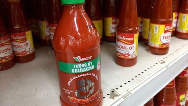 Tương ớt Sriracha được bày bán tại cửa hàng ở Việt Nam cùng các loại tương ớt khác. Ảnh: Los Angeles Times.