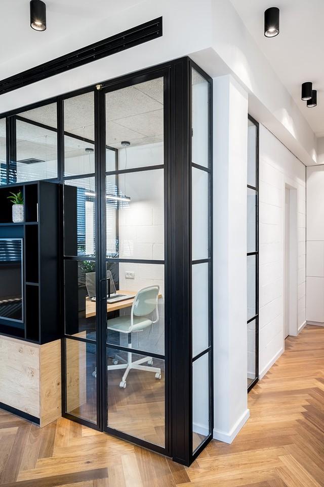 Hai phòng làm việc nhỏ được cách âm hoàn toàn và đặt giữa căn hộ, có dáng vẻ như hai chiếc lồng kính khung sắt.