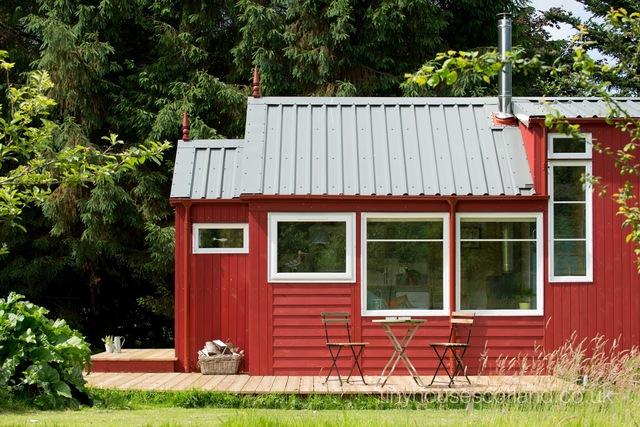 Xung quanh ngôi nhà có rất nhiều cây xanh mang đến bầu không khí trong lành mát mẻ cho những người sống bên trong.
