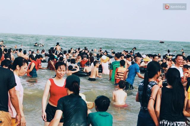 Du khách chia sẻ với nhau từng centimet tại bãi biển. Ảnh: Thu Hường
