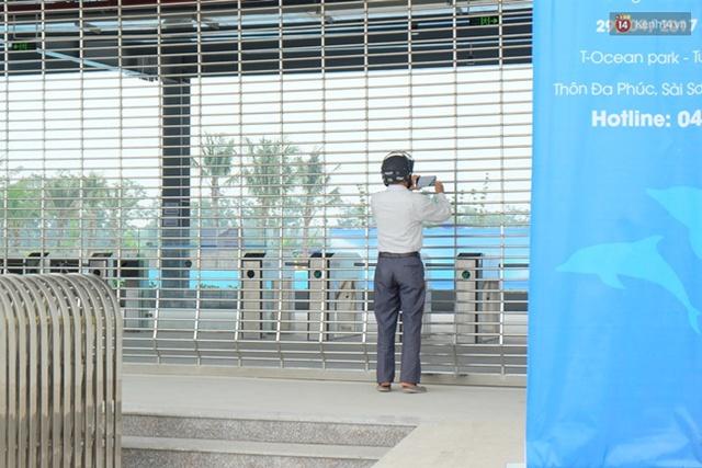 Người đàn ông đứng từ ngoài chụp lại khung cảnh phía bên trong khu du lịch vui chơi, giải trí Tuần Châu (Hà Nội).