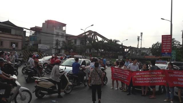 Cư dân Mipec Long Biên mang cả băng rôn ra ngoài đường, sự việc thu hút sự hiếu kỳ của người qua đường.