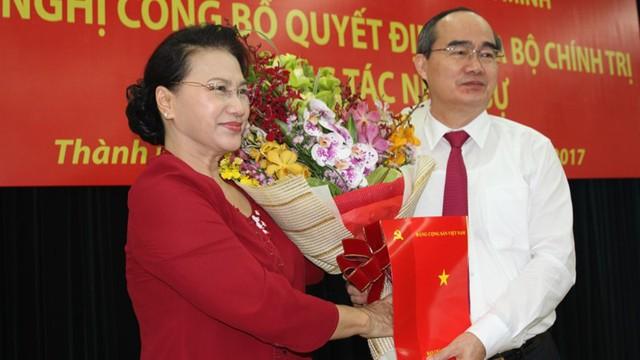 Ngay sau đó ông Phạm Minh Chính đã đọc quyết định phân công ông Nguyễn Thiện Nhân giữ chức Bí thư Thành ủy TP.HCM.