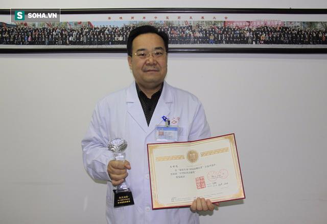 Bác sĩ Vương Thế Bưu, Chủ tịch hội chuyên gia Bệnh viện nhân dân số 2 Cam Túc, Trung Quốc.