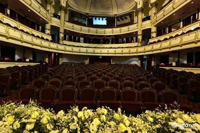 Bắt đầu được khởi công xây dựng từ năm 1901, sau 10 năm, Nhà hát Lớn Hà Nội chính thức đi vào hoạt động. Từ đó đến nay, Nhà hát Lớn đã qua một lần trùng tu vào năm 1995 và hoàn thành vào năm 1997.