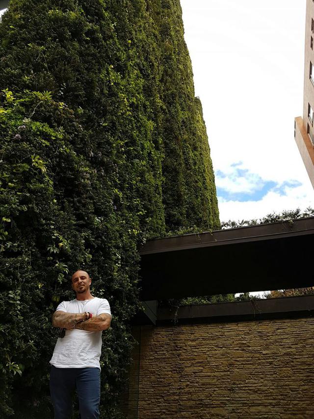 Ngoài mục đích thẩm mỹ, cây xanh trong toà nhà này còn cung cấp oxy cho hơn 3.100 người mỗi năm. Cây xanh có tác dụng lọc không khí độc hại, chống bụi mang đến bầu không khí trong sạch cho con người.