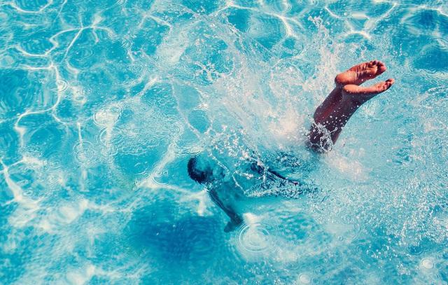 Kính bảo vệ mắt khi bơi bảo vệ mắt bạn khỏi những hợp chất có thể gây hại trong nước.