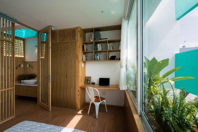 Công trình được xây 2 tầng, không gian tầng 1 bố trí phòng khách, bếp và 1 phòng ngủ.