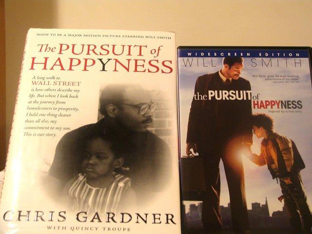 Quyển hồi ký của Gardner và đĩa DVD bộ phim Mưu cầu hạnh phúc
