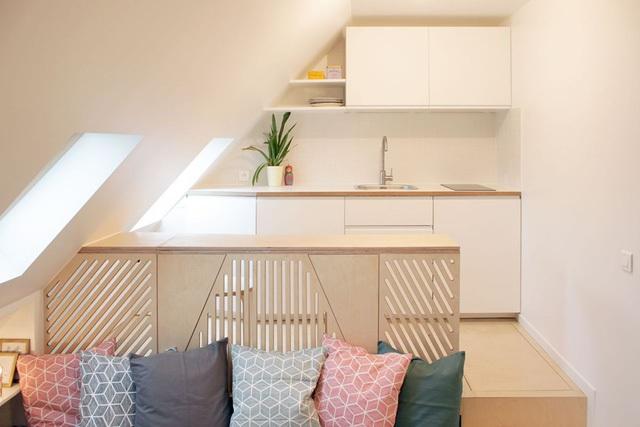 Toàn bộ ngôi nhà từ nội thất cho tới màu sơn của tường, thậm chí cả sàn nhà đều mang một màu kem sáng khiến không gian càng trở nên rộng thoáng hơn diện tích thực.