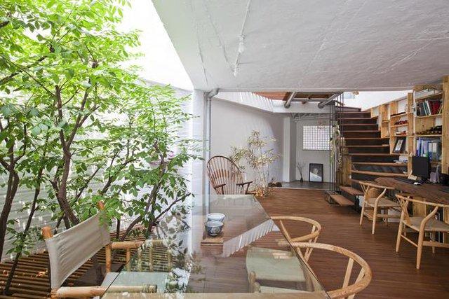 """Không gian tầng 2 thoáng mát tuyệt đẹp với """"khu vườn nhỏ"""" góc nhà."""