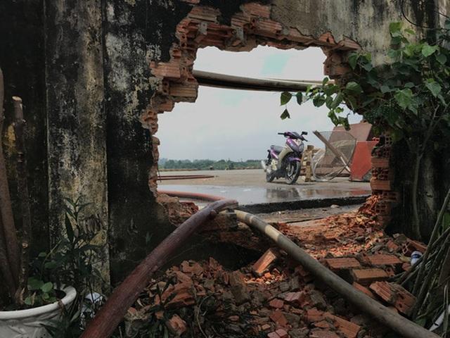 Đoạn tường bị đục vỡ để kéo nước từ sông Sài Gòn vào chữa cháy