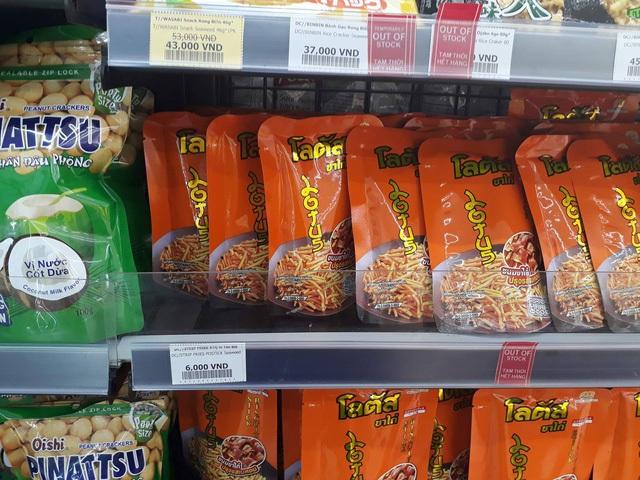 Bim bim dạng que của Thái Lan bán tại Circle K giá 6.000đ/gói, cửa hàng tạp hóa bán ở mức 5.000đ.