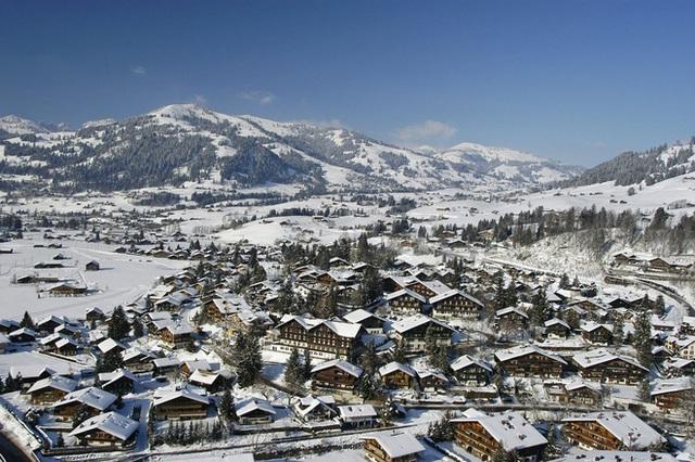 Trường có một khuôn viên học tập riêng vào mùa đông tuyết phủ.