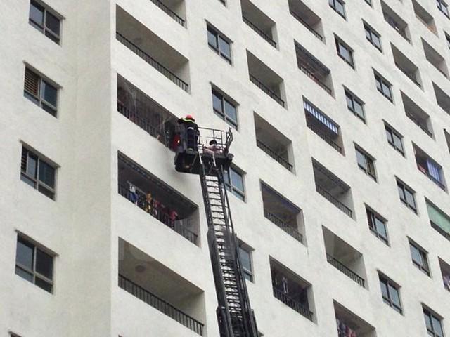 Xe thang của cảnh sát phòng cháy chữa cháy giải cứu người bị mắc kẹt trong tòa nhà HH4A. (Ảnh: Sơn Bách/Vietnam+)