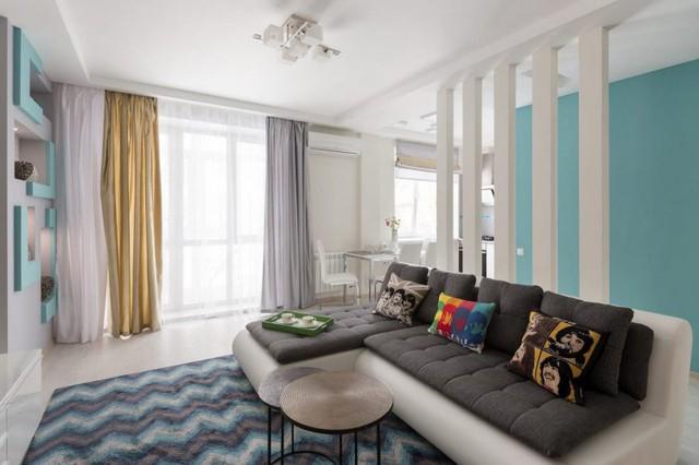 Phòng khách được chọn gam màu trắng làm màu nền, giúp những màu tối của thảm trải sàn, của gối ôm, sofa trở nên nổi bật và đáng yêu hơn.